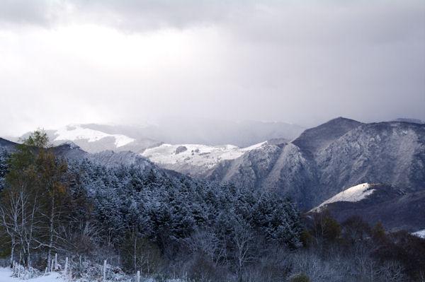 En montant au Col du Traucadou, les crêtes au dessus de la vallée de l_Ariège