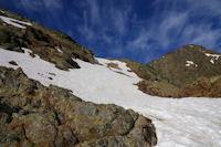 En remontant dans les neves au dessus de l'Etang du Montcalm, au fond, Guins de l'Ane