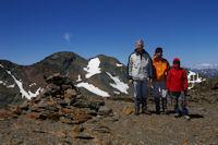 De gauche a droite, l Pic d'Estats, le Pic Verdaguer, Bernard, Jacques, Alexandre et les pentes enneigees de l'Aneto au fond depuis le Pic de Montcalm