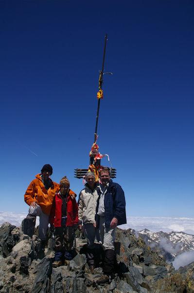 Des pyrénéistes heureux, Jacques, Alexandre, Brenard et Fred au sommet du Pic d_Estats