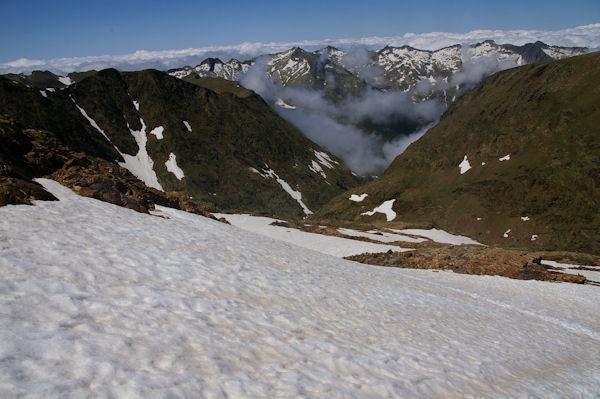 Au dessus de l_Etang du Montcalm, au fond, les crêtes du Pic Rouge de Bassiès
