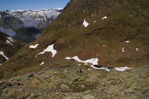 L_Etang du Montcalm, au fond, les crêtes du Pic Rouge de Bassiès