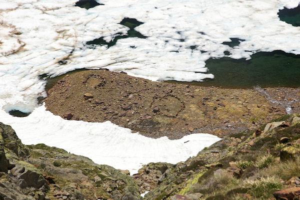 Dessins de pierres sur les bords de l_Etang d_Estats