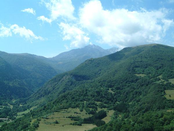 Au fond, le Pic de Saint Barthelémy depuis le château de Montségur