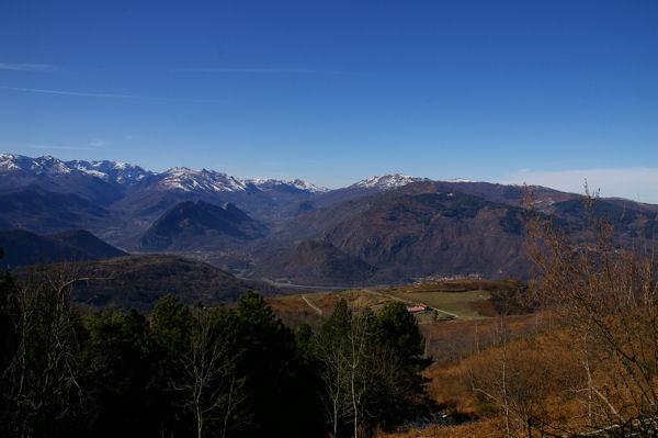 Au fond, Tarascon sur Ariège depuis la route forestière de Font Frède