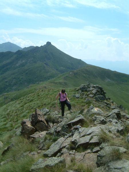 Camille arrivant au sommet de l&#39Estagnole, au fond, le Pic du Han et le Pic de St Barthélemy