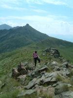 Camille arrivant au sommet de l'Estagnole, au fond, le Pic du Han et le Pic de St Barthelemy