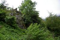 Un petit escarpement rocheux dans le Bois de Fontanal
