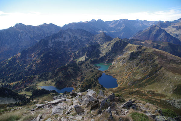 Depuis le Pic de Tarbésou, vue Sud sur les étangs Bleu, Noir et de Rabassoles