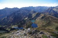 Depuis le Pic de Tarbesou, vue Sud sur les etangs Bleu, Noir et de Rabassoles