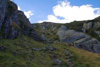 Le chemin descendant sous le Roc de Bragues