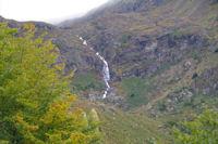 La cascade descendant de l'etang d'Arbu