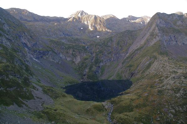 L_Etang Rond dominé par le Tuc des Hèches, le Pic des Trois Comtes et le Pic de Sernaille