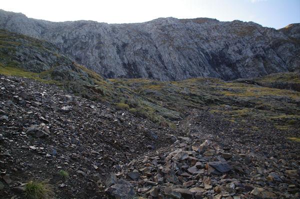 Le pierrier pour contourner l_arête Sud Ouest du Mont Valier