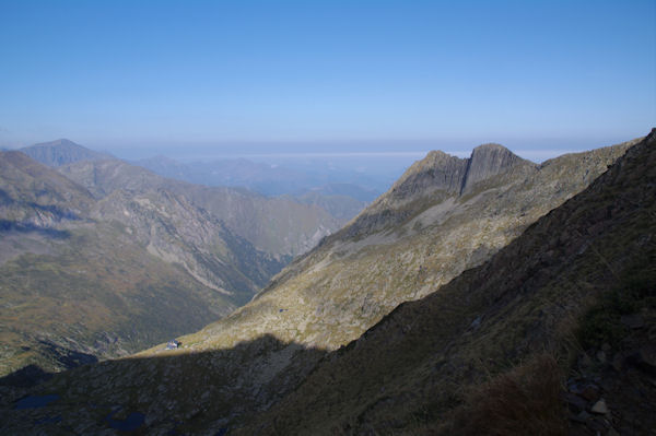A droite le Cap de Pouech, la Vallée du Ribérot, au fong à gauche, le Mail de Bulard