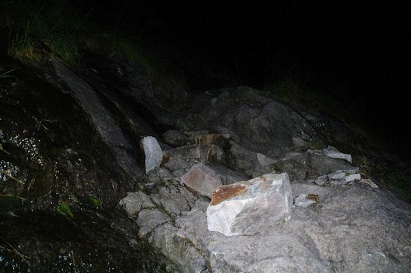 Un passage taillé dans la roche près de la Cascade de Nérech