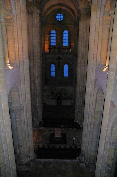 La nef de l_Abbaye de Conques, au fond, les vitraux de Pierre Soulages