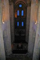 La nef de l'Abbaye de Conques, au fond, les vitraux de Pierre Soulages