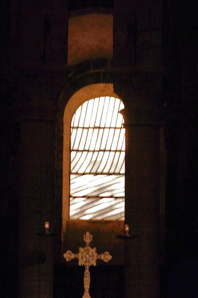 Les vitraux de Pierre Soulages s_illuminent