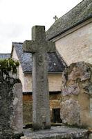 Une jolie croix devant l_église de Marroule