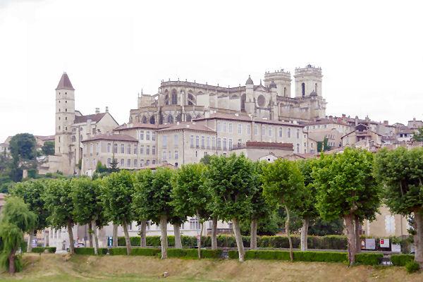 Au cœur d_Auch, la Cathédrale Ste Marie et la Tour d_Armagnac