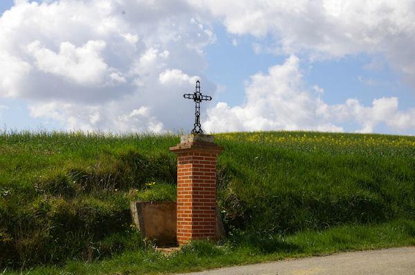 Une croix entre Lourtaut et Le Tachon