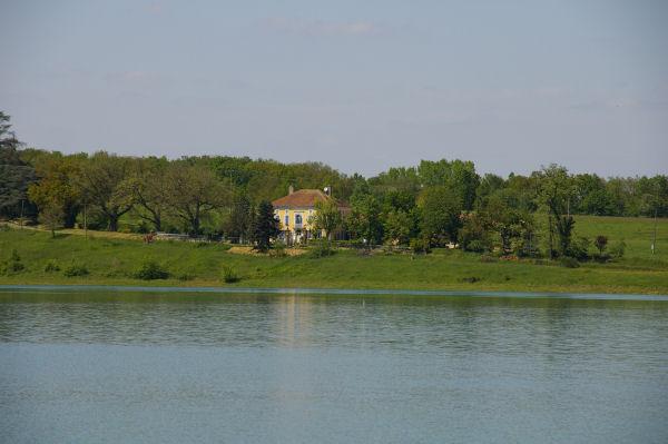 Vue de Briolle depuis l'autre rive du lac