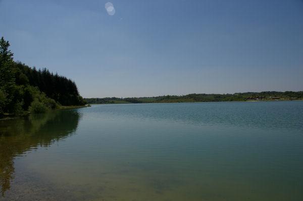 Vue sur le lac de la Gimone en arrivant au barrage