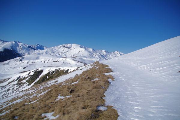 Le chemin sous le Cap de Pouy Pradaus, en face, le Mont Né