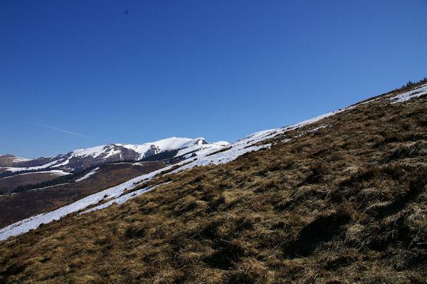 Au loin, les sommets enneigés des Pics de Burat, de Bassioues et de la Hage