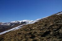Au loin, les sommets enneiges des Pics de Burat, de Bassioues et de la Hage