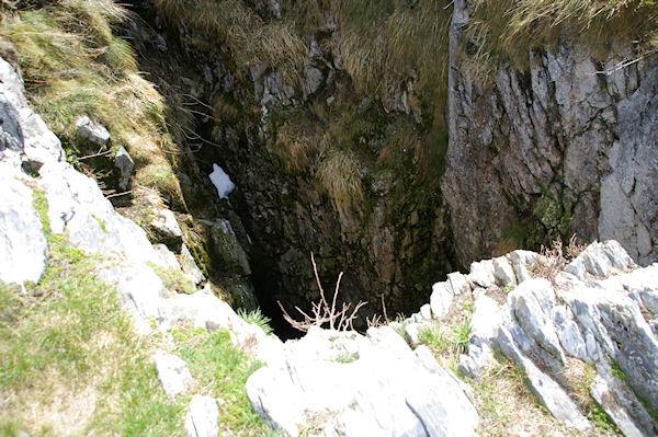 Un gouffre juste avant le sommet du Pic de Cagire