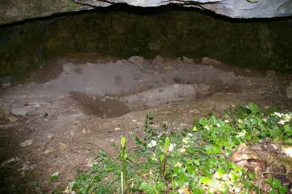 ErosionUn abri sous roche (fouilles sauvages?) près du château de la Nine