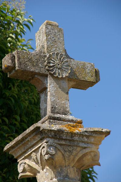 La Croix près de l_église de Perron