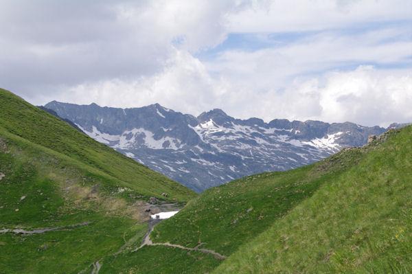 La Coume de Bourg, au fond, les crêtes entre le Pic des Spijeoles et le Mail Mouillat