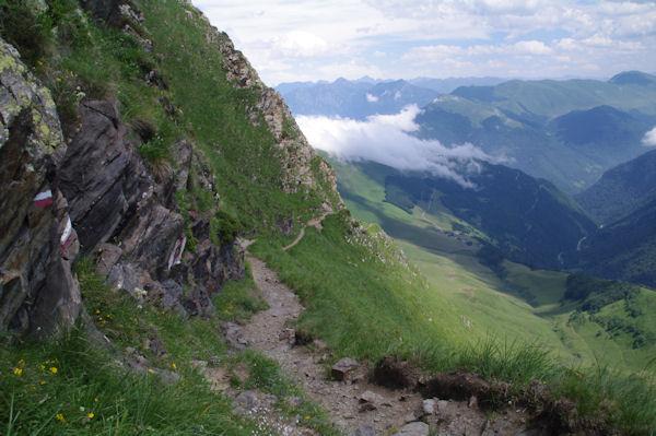 Le chemin à flanc sur les pentes Sud du Pic de Céciré au dessus de Templa