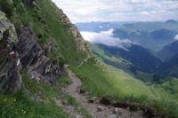 Le chemin a flanc sur les pentes Sud du Pic de Cecire au dessus de Templa