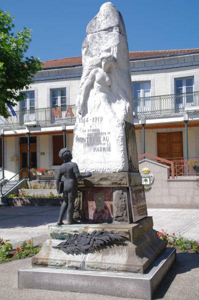 Une statue de femme sur le Monument aux morts de Montréjeau