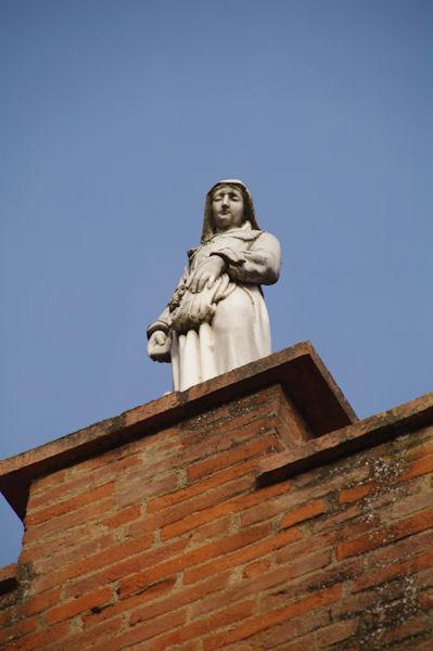 Ste Germaine au fronton de l_église de Pibrac