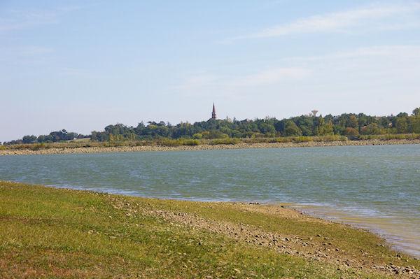 Le lac, au fond, le clocher de l&#39église de Ste Foy de Peyrolières
