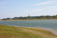 Le lac, au fond, le clocher de l&#39eglise de Ste Foy de Peyrolieres