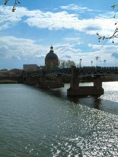 L&#39Hospice de La Grave et le Pont Saint Pierre depuis les berges Garonne rive droite