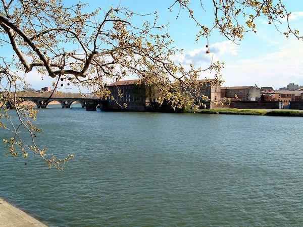 L&#39Hotel Dieu Saint Jacques et le Pont Neufdepuis les berges Garonne rive droite