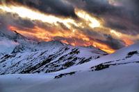 La montagne s_embrase au dessus du Sommet de l_Aigle