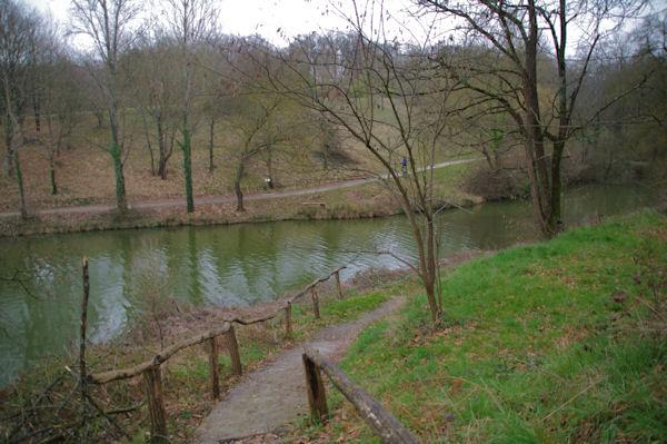 En descendant vers le Lac de Flourens depuis l_avenue du Lac
