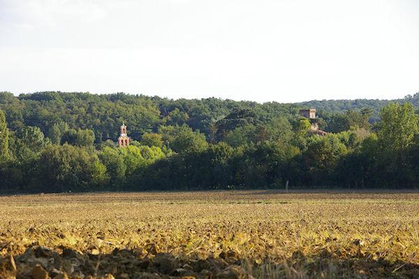L&#39église et le château de Bonrepos sur Aussonnelle