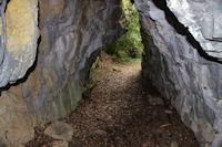 Petit passage entre rochers sur le GR86
