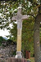 Une croix devant la basilique St Just de Valcabrere