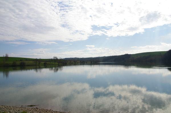 Le plan d'eau de la Tésauque depuis le barrage