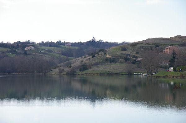 En arrière plan, le village de Nailloux et son église mur